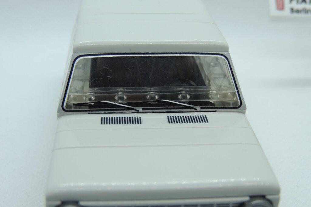 Scheibenwischer und Lüftungsschlitze – Identisch auch beim Polski Fiat 125p.