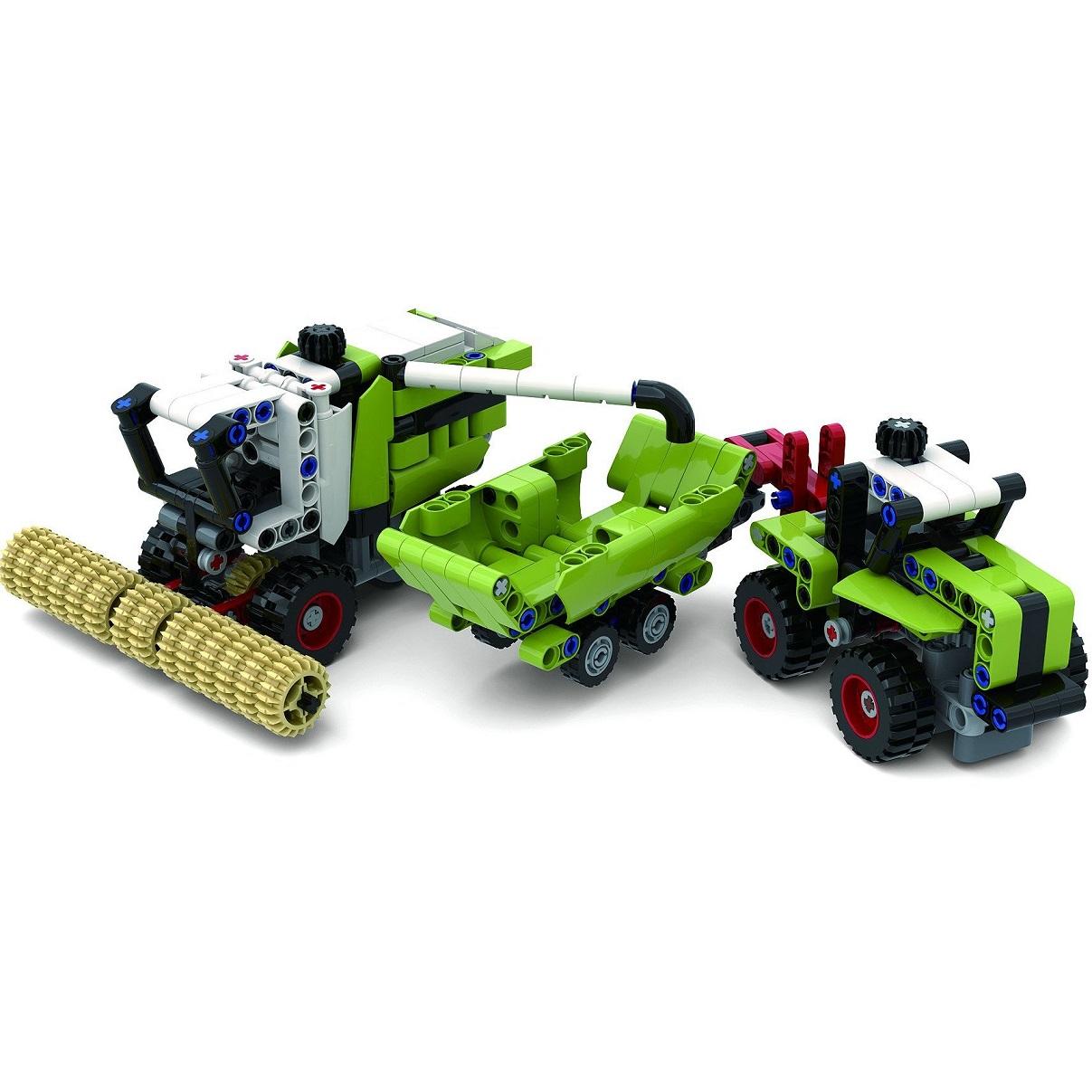 Mähdrescher, Anhänger und ein Traktor.