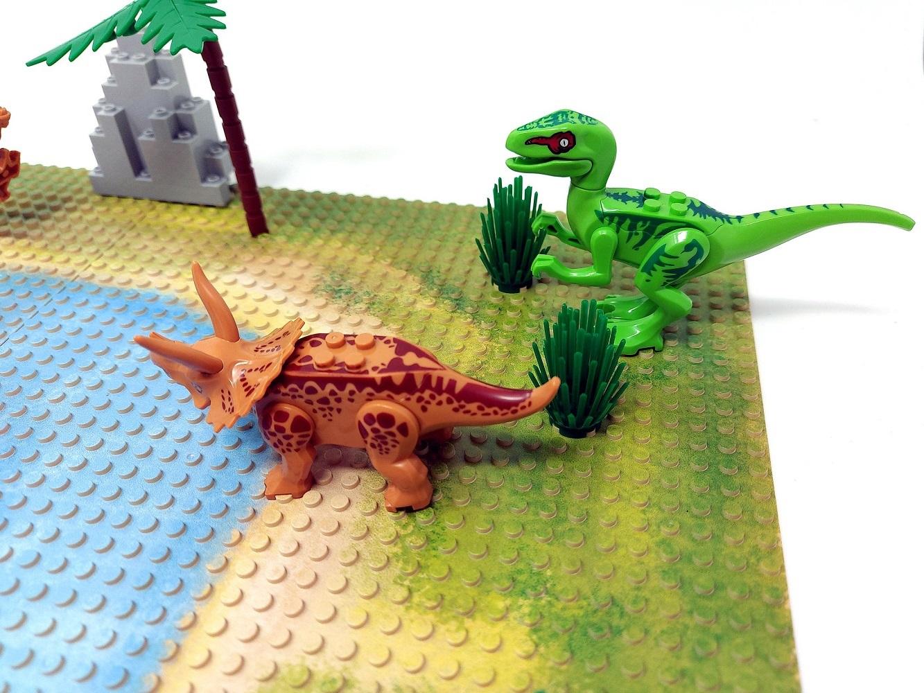 Raptor und ein Triceratops.