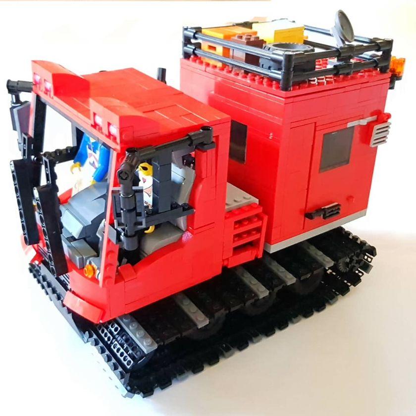 Stilecht mit zwei alten Lego Technic-Figuren.