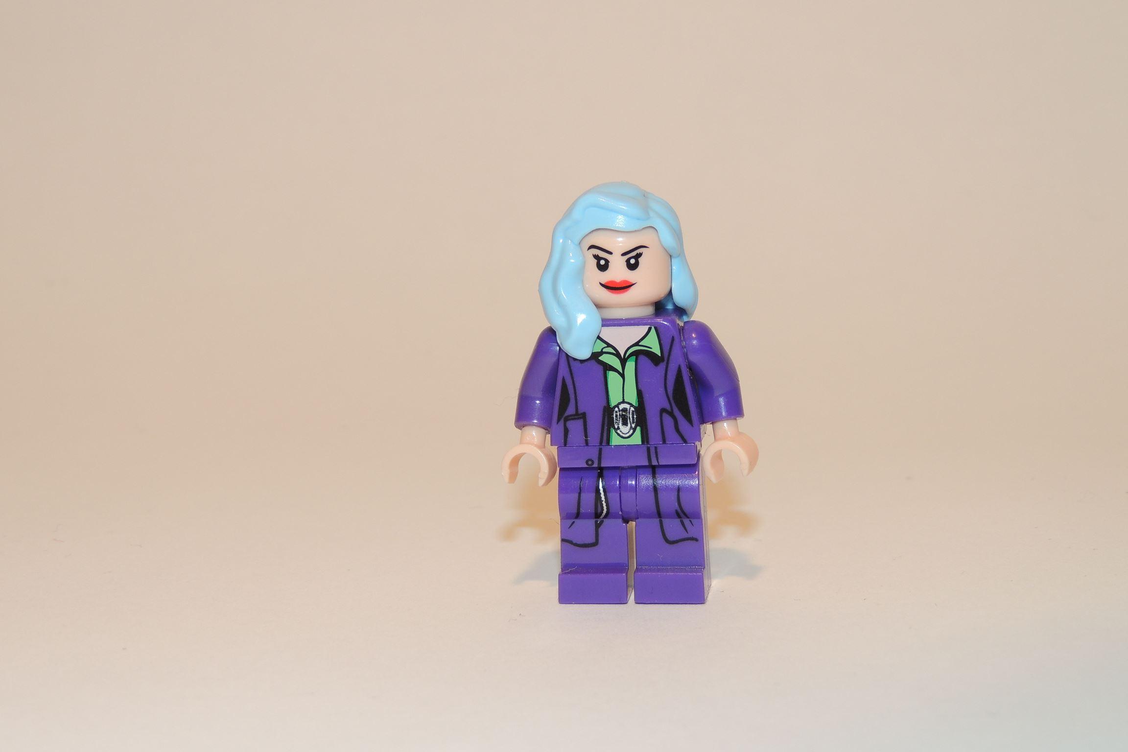 Extrovertierter Bekleidungsstil, der Businessdame mit den blauen Haaren.