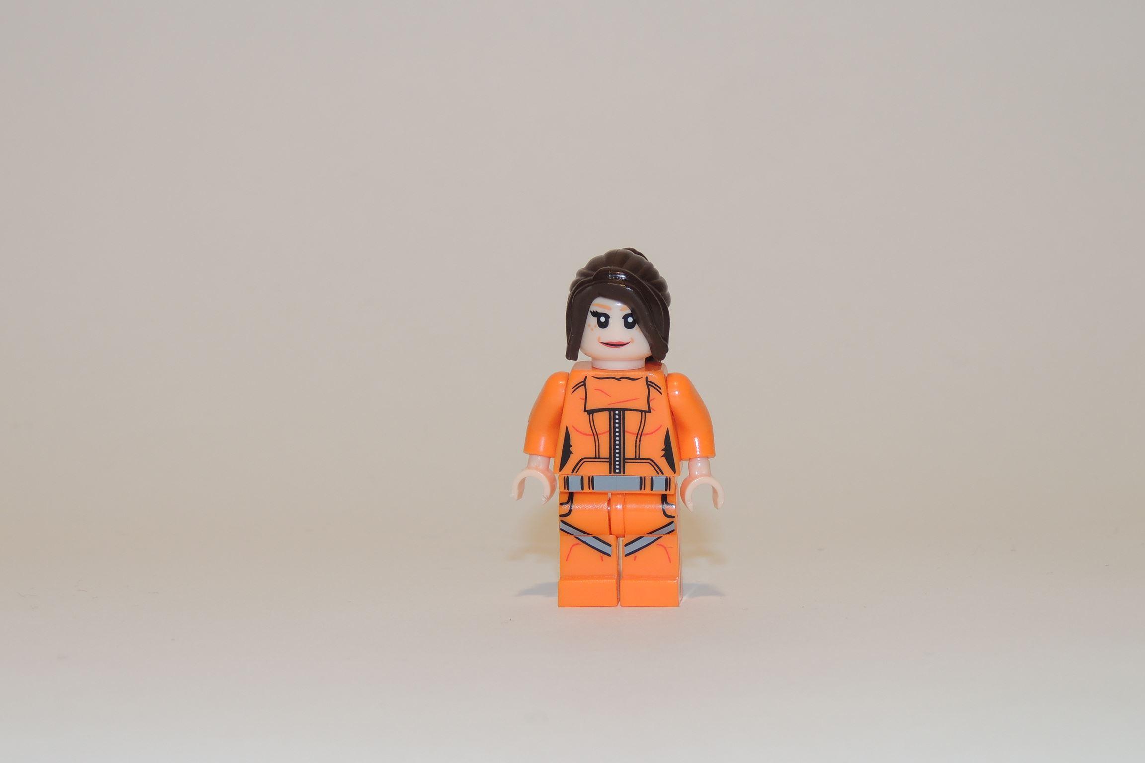 Orangener Overall... Warum keinen Gelb-Schwarz gestreifter Racesuit mit blonden Haaren und einem Katana?