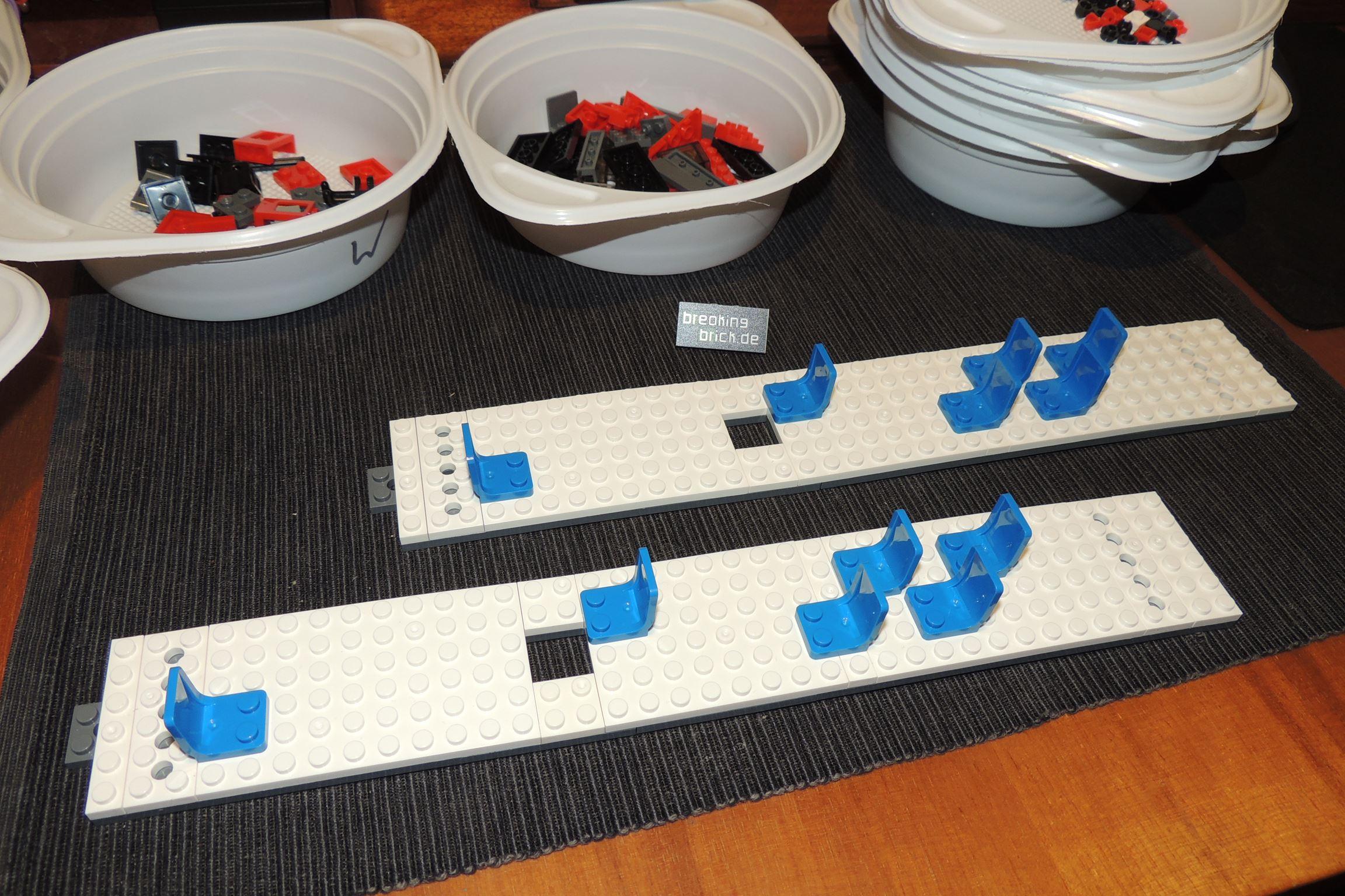 Die blauen Stühle sind die einzigen blauen Teile. Kein blauer Stein dabei.