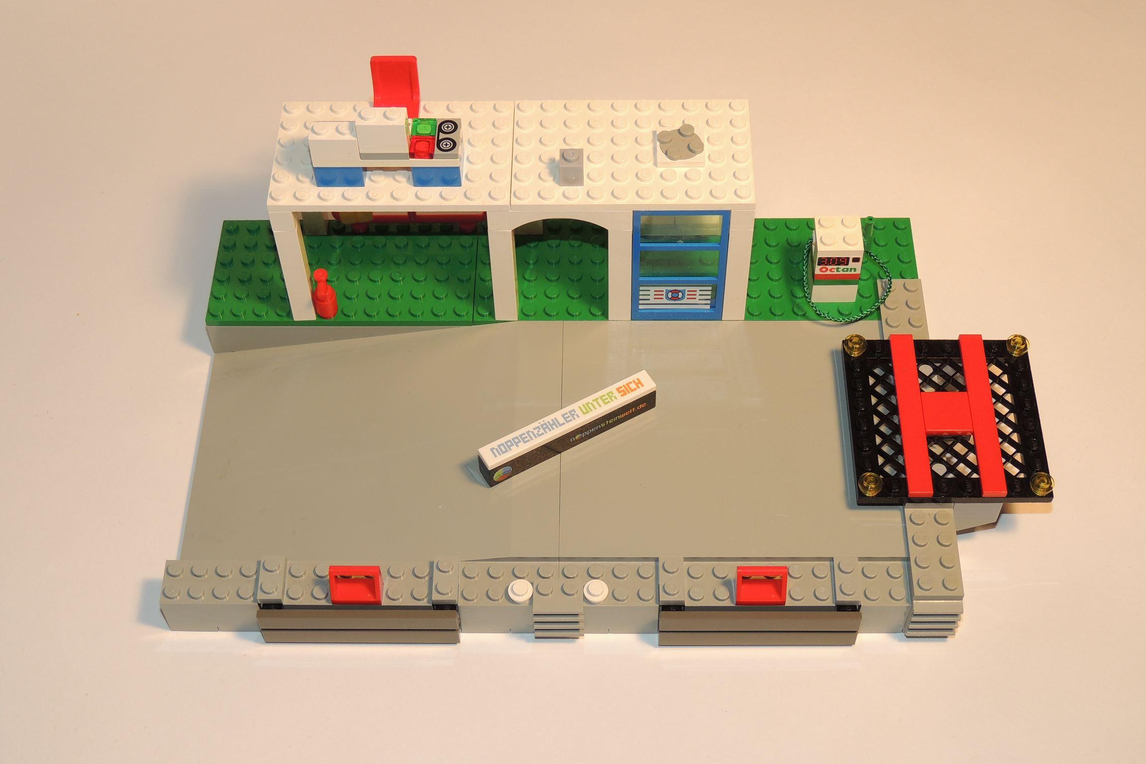 Viermal 1×1 Roundplates in Transgelb von Gobricks, viele Gebäudeteile in Weiß von Steinchenexpress (BS 12).