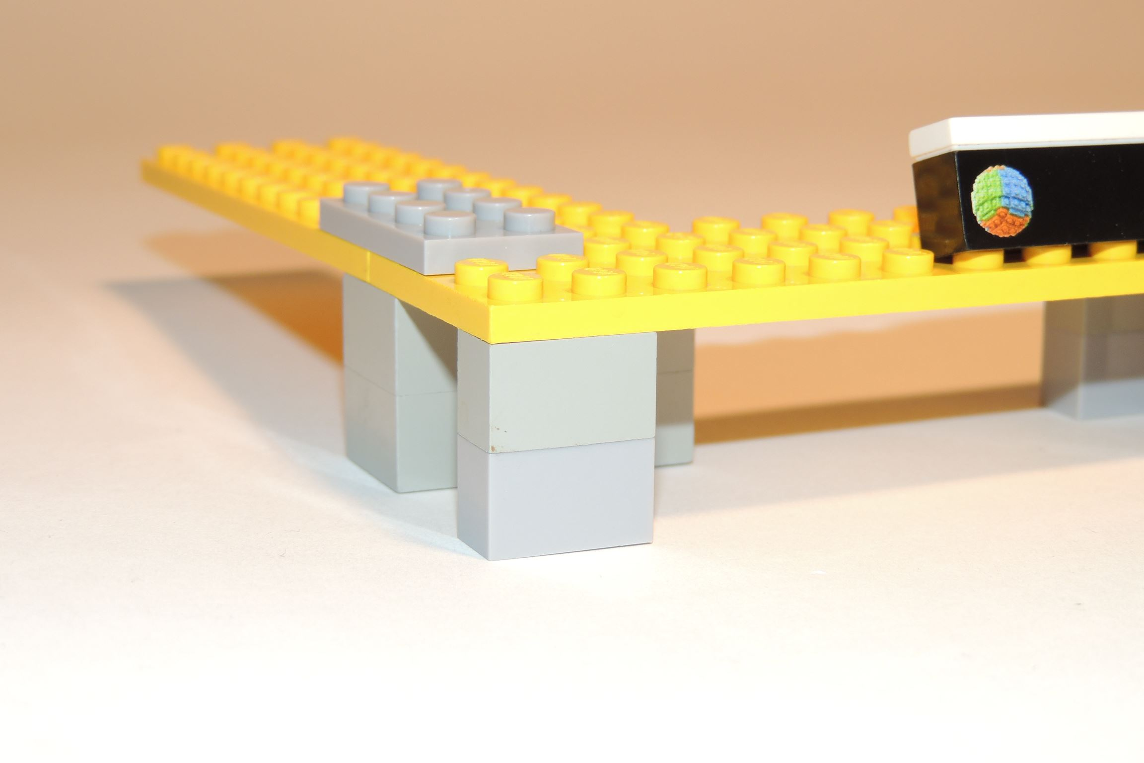 Unten 1×2 Brick in LBG von Steinchenexpress, oben 1×2 Brick in Light Gray von Lego (BS 16-4).