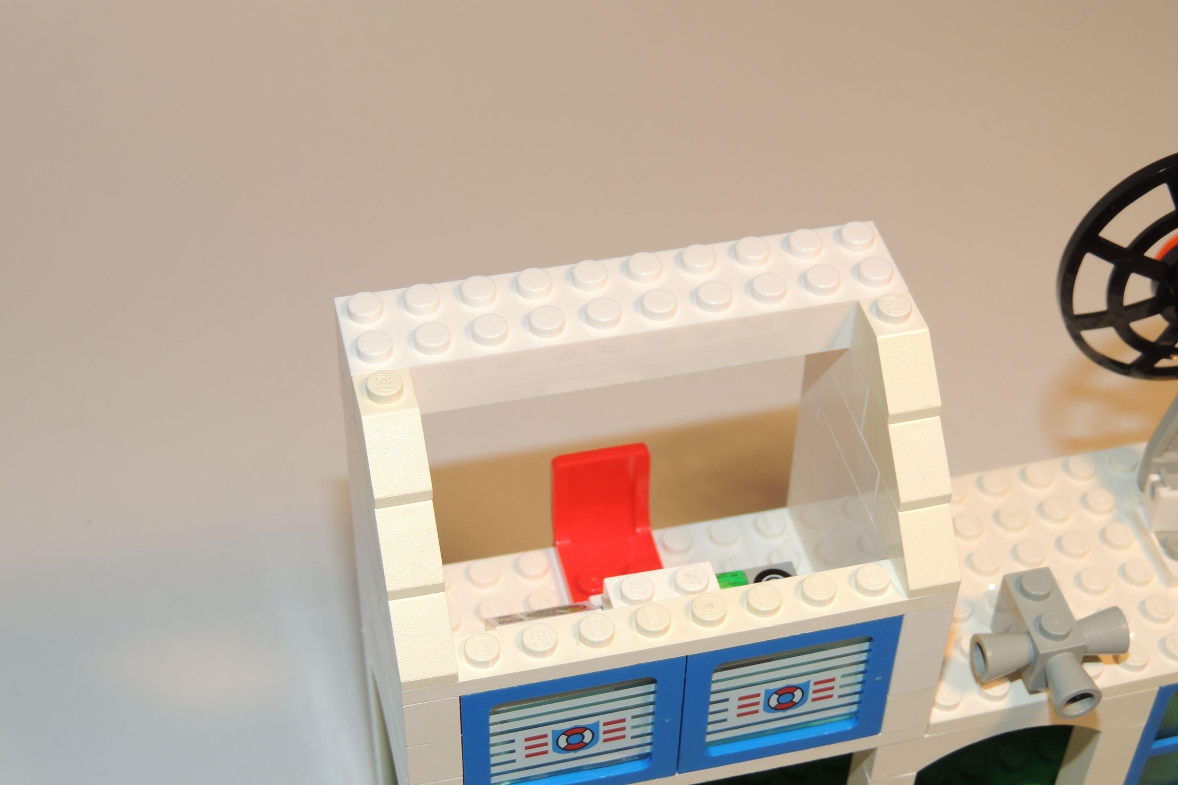 2×10 Brick in Weiß von Gobricks, man erkennt die Verfärbung des alten Legos.