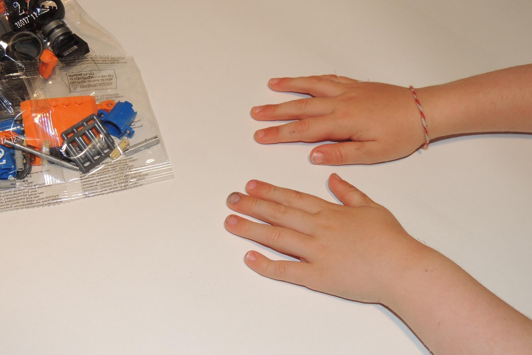 Outtake 2 - Das Engerl bestand drauf, die Hände abzufotografieren. XD