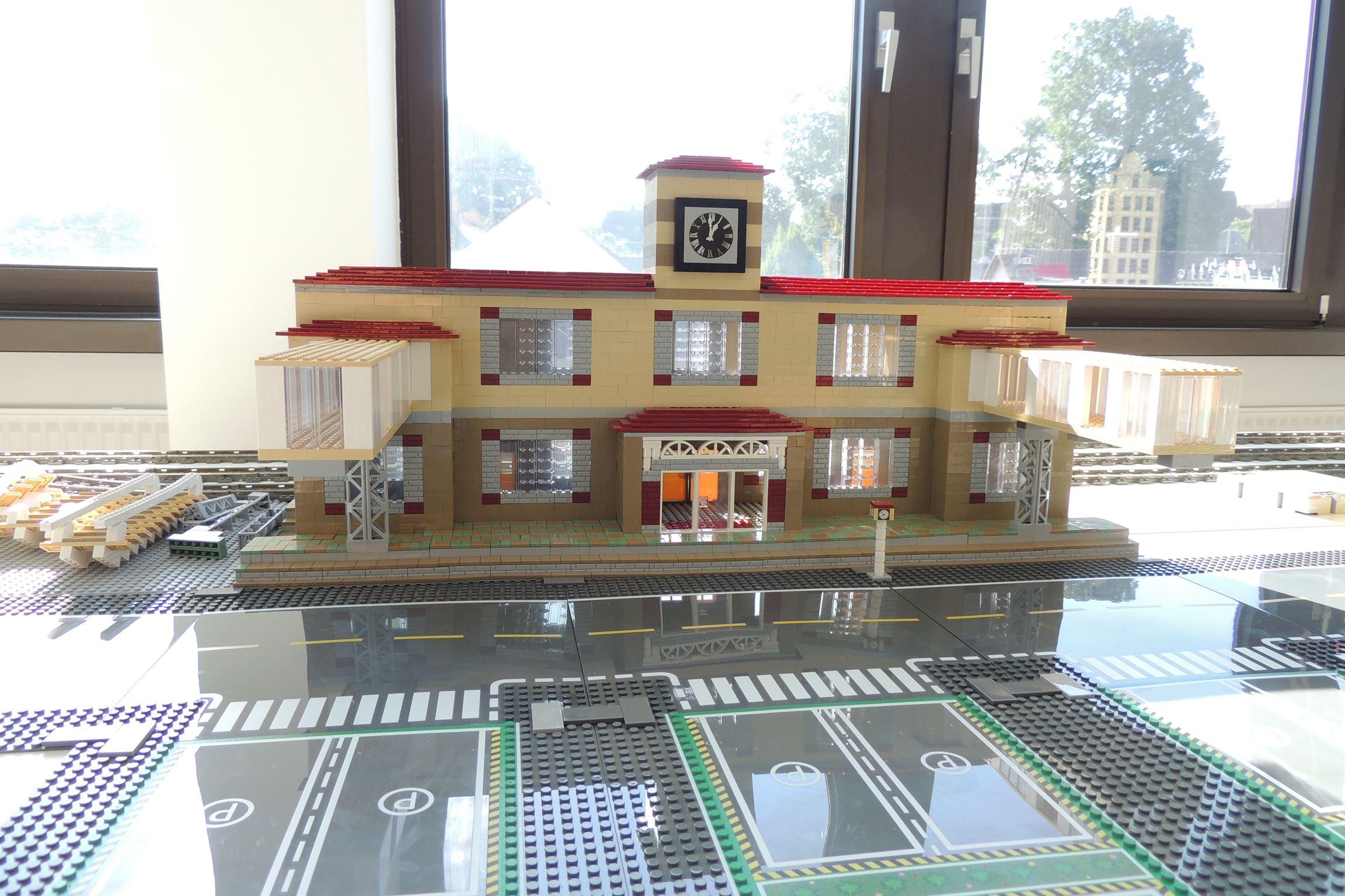 Ein selbstgestaltetes Bahnhofsgebäude mit viel Transclear.