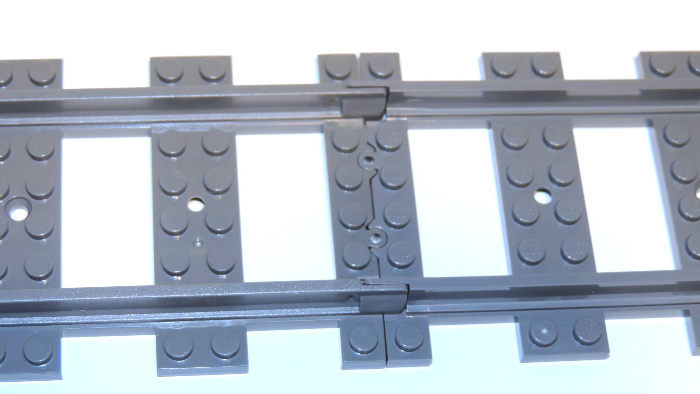 Steinchenshop: Rauere Oberfläche der Gleise, Lego dagegen absolut glatt.