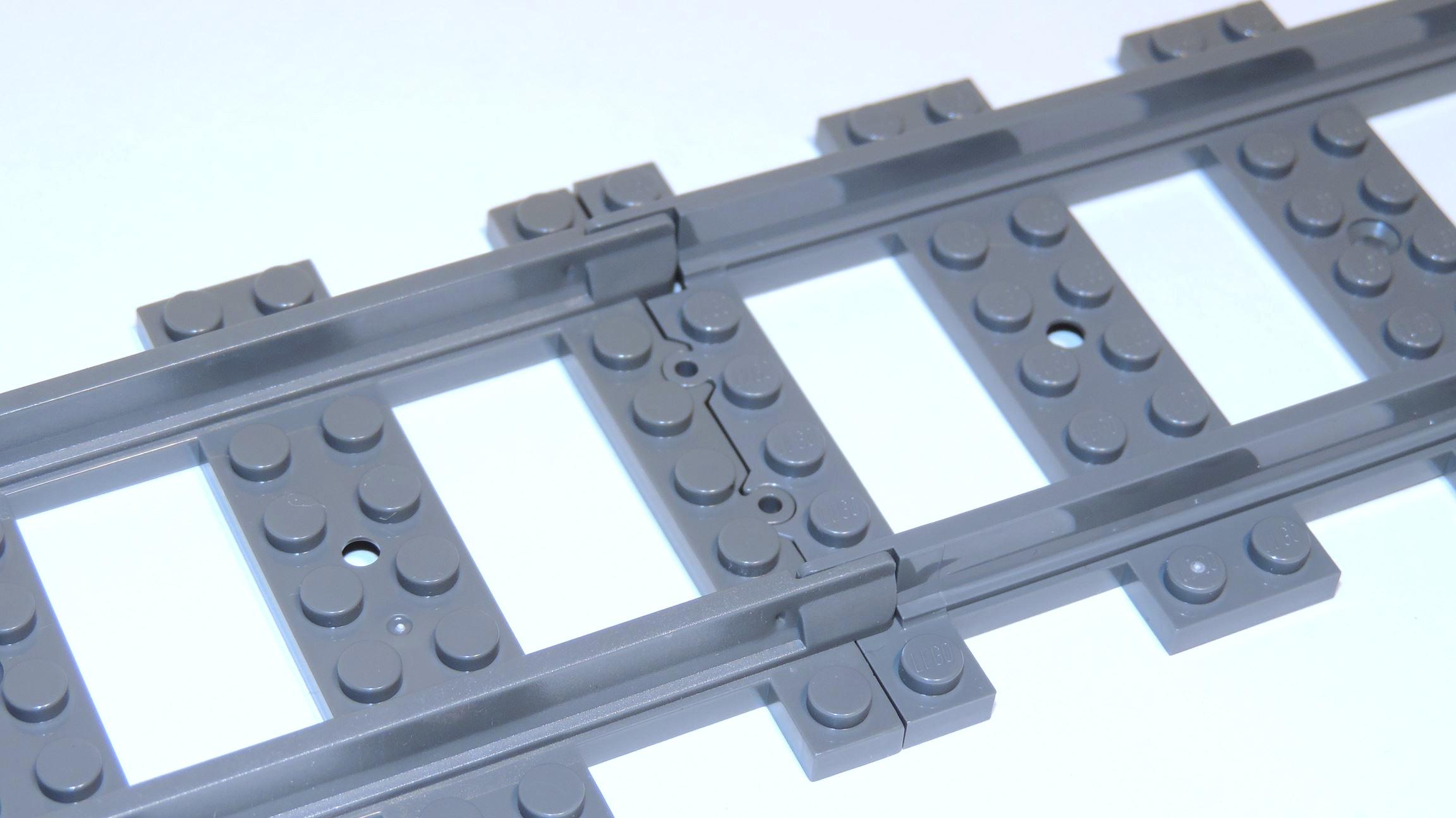 Nochmal genau im Vergleich: Links Steinchenshop matt, rechts Lego glänzend.